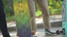 De man draait het skateboard die zich in het bedrijf van mensen bevinden Hobbys en levensstijl stock video