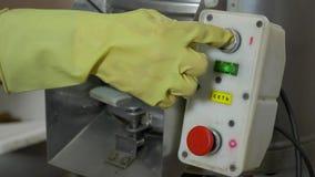 De man drukt de knoop om de aardappelreinigingsmachine aan te zetten stock videobeelden