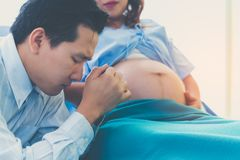 De man is een echtgenoot over de zwangerschap van zijn vrouw, childbi ongerust die wordt gemaakt die royalty-vrije stock foto