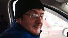 De man in een GLB maakt belachelijke gezichten stock footage