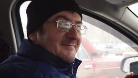 De man in een GLB maakt belachelijke gezichten stock videobeelden
