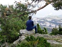 De man een het kijken berglandschap stock afbeelding