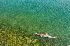 De man in een overzeese kajak op het meer Baikal stock fotografie