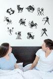 De man en de verraste vrouw in slaapkamer omringden het bekijken omhoog horo Royalty-vrije Stock Foto's
