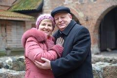 De man en de vrouw bevinden zich omhelzend op het grondgebied van het slot van de Teutonic Orde stock afbeeldingen