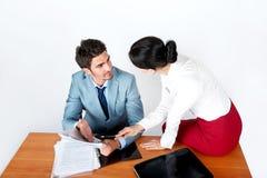 De man en de vrouw in de werkplaats lossen het probleem op Stock Fotografie