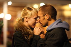 De man en de vrouw knuffelen in koud nightly daling c Royalty-vrije Stock Foto's