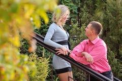 De man en de vrouw komen in het park samen Royalty-vrije Stock Afbeelding