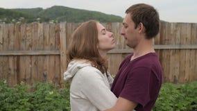 De man en de vrouw kussen elkaar stock footage
