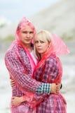 De man en de vrouw omhelzen royalty-vrije stock afbeeldingen