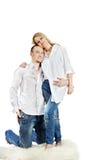 De man en de vrouw omhelzen op tapijt Stock Afbeeldingen