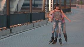 De man en de vrouw rollerblading stock footage