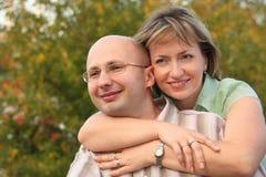 De man en de vrouw van het geluk in vroeg dalingspark Royalty-vrije Stock Fotografie