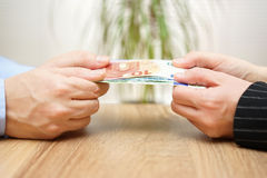 De man en de vrouw vechten over geld Royalty-vrije Stock Afbeelding