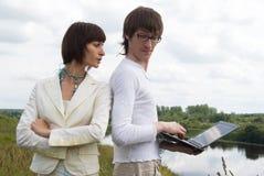 De man en de vrouwen met laptop Royalty-vrije Stock Afbeeldingen