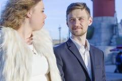 De man en een vrouw onderzoeken elkaar de ogen van ` s Stock Foto's