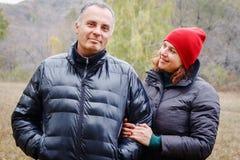 De man en de vrouw bekijken elkaar in de herfst stock afbeelding