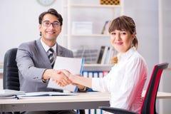 De man en de vrouw die in bureau bespreken royalty-vrije stock afbeeldingen