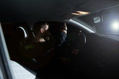 De man en de vrouw drijven een auto in noodsituatiesituatie Avondnacht royalty-vrije stock foto