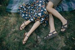 De man en de vrouw liggen in de zomer op gras dichte omhooggaand stock fotografie