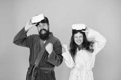 De man en de vrouw onderzoeken vr VR technologie en toekomst VR mededeling Opwindende indrukken Het wekken van virtueel stock foto