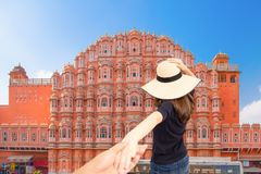 De man en de vrouw van paarreizigers volgen holdingshanden bij Hawa Mahal-paleis in gelukkig Jaipur, Rajasthan, India, Liefde en  stock afbeeldingen