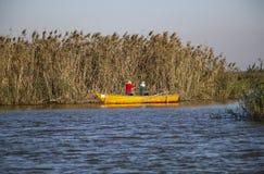 De man en de vrouw vissen in één van de lagunes van Kaspisch S royalty-vrije stock fotografie