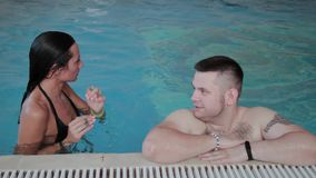 De man en de vrouw zwemmen in de pool stock footage