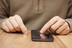 De man flirt met een andere vrouw over mobiele telefoon om op DA te gaan stock foto