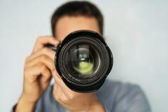 De man gebruikt de professionele camera met telelens royalty-vrije stock foto
