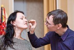 De man geeft een chocoladesuikergoed aan zijn vrouw Stock Fotografie