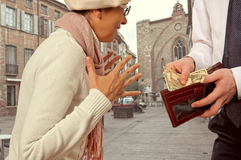 De man geeft een vrouw het geld Royalty-vrije Stock Foto