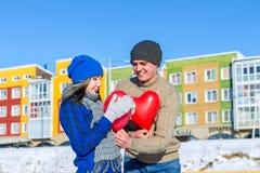 De man geeft het meisje een ballonhart op de Dag van Valentine ` s Stock Foto