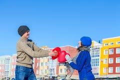 De man geeft het meisje een ballonhart op de Dag van Valentine ` s Royalty-vrije Stock Fotografie