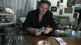 De man is gevaarlijke zaken Een mens houdt een pakje van contant geld en het bekijken de camera 4k stock video