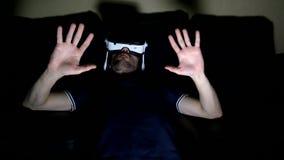 De man in glazen virtuele werkelijkheid speelt stock videobeelden