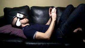De man in glazen virtuele werkelijkheid speelt stock video