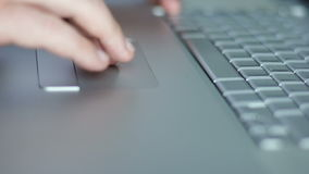 De man glijdt zijn vingers op touchpad stock footage