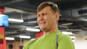 De man in de gymnastiek Geschiktheid Gezonde Levensstijl stock footage
