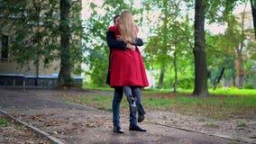 De man heft zacht mooie vrouw in langzame motie op stock videobeelden