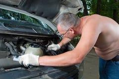 De man herstelt auto Royalty-vrije Stock Fotografie