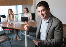 De man in het bureau Stock Foto's