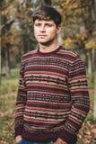 De man in het de herfstpark royalty-vrije stock foto's