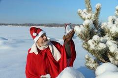 De man in het kostuum van de Kerstman Stock Afbeeldingen