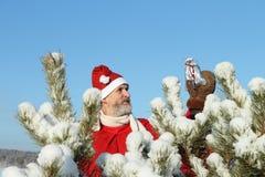 De man in het kostuum van de Kerstman Stock Foto
