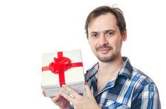 De man houdt een mooie gift in hand Royalty-vrije Stock Afbeeldingen