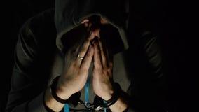 De man in de kap de handboeien om:doen stock video
