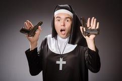 De man kleedde zich als non met pistool Royalty-vrije Stock Afbeeldingen