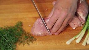 De man knifes een groot stuk van vlees Hoogste mening stock footage