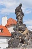De man in de kroon met een kruis monument Praag, Tsjechische Republiek royalty-vrije stock fotografie